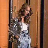 """Kurz vorher war Céline nämlich noch fleißig und absolvierte imPlaza Athénée Hotel in Paris ein Shooting für L'Oréal. Zu der weiten Jeanshose mit dem auffälligen Bund trägt sie ein schlichtes weißes Shirt mit Rundhalsausschnitt und einen silbernen Pailletten-Blazer. Ihre Haare trägt sie offen und in leichten Wellen. Scheint, als hätte man ihr am Set anschließend einen Hoodie gegen die Winterkälte gegeben: """"Weil ich es mir wert bin"""" ist deren berühmter Slogan."""