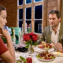 """In """"Sturm der Liebe""""-Folge 3099 sitzenEva und Christoph bei einem romantischen Dinner zusammen."""