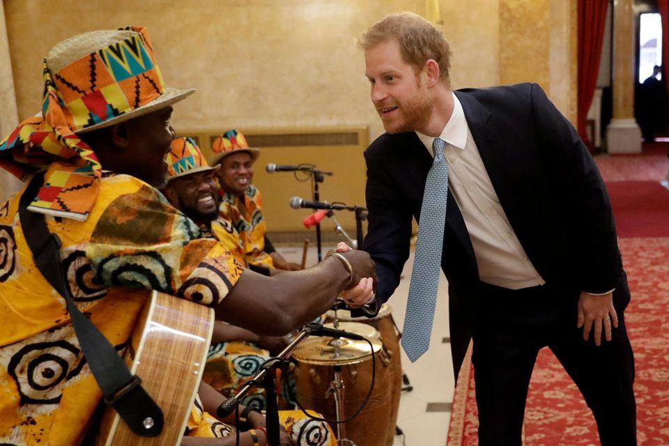 """Prinz Harry begrüßt die ghanaische Band """"One Drum"""""""