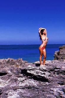 Topmodel Nina Agdal zeigt sich häufig sehr freizügig auf Instagram. Auf diesem Schnappschuss präsentiert sie sich sogar komplett nackt. Einzig die Kussmund-Emojis bedecken ihre intimsten Körperstellen.
