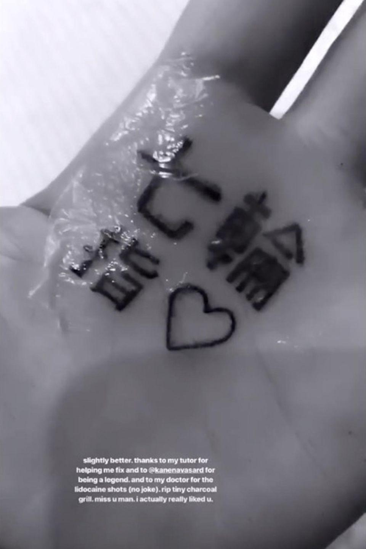 """Ariana Grande hat mit ihrem Titel """"7 Rings"""" einen Riesenhit gelandet, und diesen Erfolg wollte sie mit einem kleinen Tattoo aus japanischen Schriftzeichen festhalten. Sie postete ein Bild des frisch gestochenen Ergebnisses und wurde prompt von einem ihrer Instagram-Follower darauf hingewiesen, dass die Schriftzeichen nicht """"7 Rings"""", sondern in etwa soviel wie """"kleiner Holzkohlegrill"""" bedeuten würden. Ein Tattoo-Fail der besonderen Art, aber Ariana hat es mit Humor genommen und den Fehler gleich korrigieren lassen. Dieses Bild desausgebessertenTattoos war jetzt in ihrer Insta-Story zu sehen, zusammen mit Dank an den Tutor, ihren Tätowierer und ihren Arzt, der ihr vor der pieksigen Tortur noch Betäubungsmittel in die Hand gespritzt hat. """"Ruhe in Frieden, kleiner Holzkohlegrill"""""""