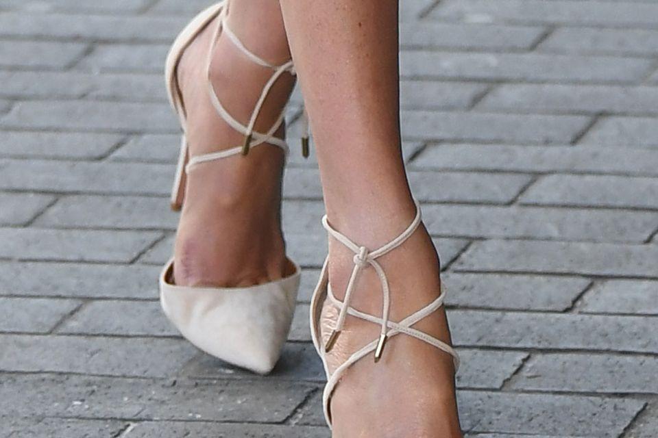 Glänzende Beine ohne Strumpfhose? Meghan hat eine gute Alternative gefunden.