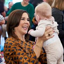 Babys in die Luft zu heben, scheint Prinzessin Mary,selbst vierfache Mutter,beim Besuch eines Freiwilligenprogramms in Aarhus ganz besonders viel Spaß zu machen.v