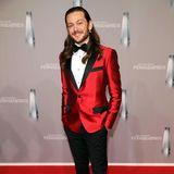 Riccardo Simonetti bricht mit rotem Satin-Jackett und Leo-Print-Schuhen wirklich aus dem Red-Carpet-Mainstream des diesjährigen Fernsehpreises.