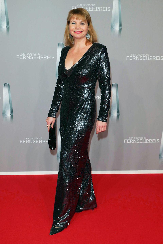 Annette Frier glitzert im dunkelgrauen Glamour-Jumpsuit.
