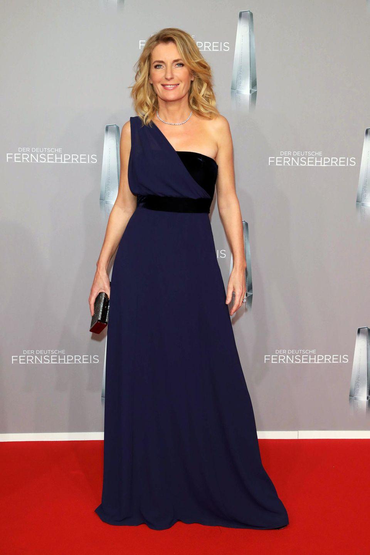 Maria Furtwängler durchbricht zwar nicht den farblich dunklen, dezenten Trend der diesjährigen Fernsehpreis-Looks, das dunkelblau-schwarzeOne-Shoulder-Kleid ist trotzdem ein schöner Hingucker.