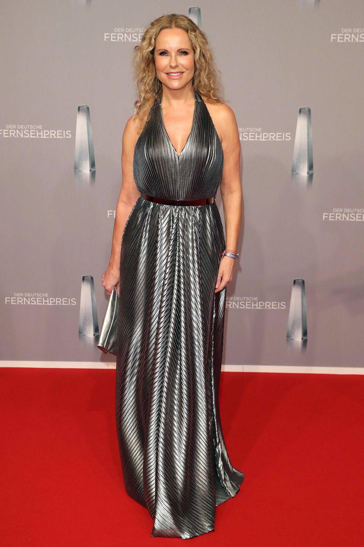 Sehr glamourös präsentiert sich Katja Burkard im silbernen Seiden-Neckholder.