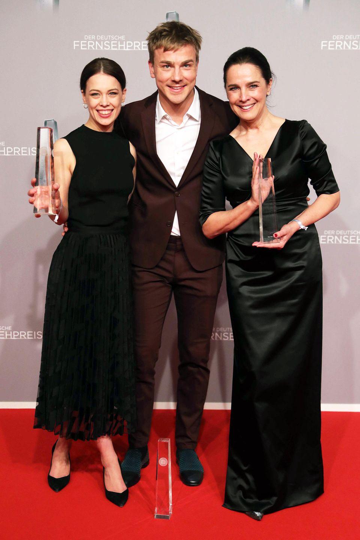 Ganz in Schwarz geben sich die FernsehpreisgewinnerPaula Beer und Desiree Nosbusch elegant, aber zurückhaltend. Kollege Albrecht Schuch sticht da mit seinem rotbraunen Anzug von Drykorn fast schon raus.