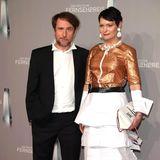 """Das Kleid von Autorin und Regisseurin Mizzi Meyer ist erst auf den zweiten Blick irritierend, denn der Rockteil bestehtaus Papier. Wenn man genau hinsieht, könnte man womöglich das Drehbuch der letzten """"Tatortreiniger""""-Staffel lesen. Schauspieler Bjarne Mädel scheint's amüsant zu finden."""