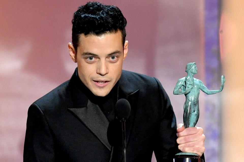 """Für seine Rolle in """"Bohemian Rhapsody"""" nimmt Rami Malek den SAG Award als bester Hauptdarsteller entgegen."""