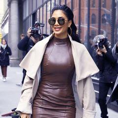 In einem braunen Lederkleid flaniert Nicole Scherzinger zu einem Event in New York. Farblich harmoniert ihr Dress ausgezeichnet mit ihrem beigefarbenen Mantel und den farblich abgestimmten Booties. Ein eleganter Hingucker-Look, finden Sie nicht?