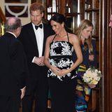 """Bei der """"Royal Variety Performance"""" im Londoner Palladium ruhen die Hände der Herzogin von Sussex selbstverständlich auf ihrem Babybauch."""