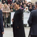 Herzogin Meghan trifft auf Studenten und Akademiker der Londoner Universität - unverkennbar auch hier ihre Schwangerschaftsgeste.