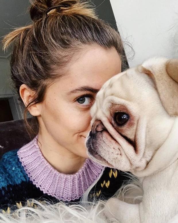 """""""Ein Leben ohne Mops ist möglich, aber sinnlos."""" Dieses so berühmte Zitat des verstorbenen Komik-Genies Loriot hört jeder Mops-Besitzer so oft, dass man meinen könnte,es würde irgendwann nerven. Aber dass es einfach wahr ist, weiß auch Vanessa Mai, die ihre Instagram-Fans mit diesem süßen Selfie vom hellblonden Ikaro und sich erfreut."""