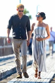 Herzogin Meghan begleitet Prinz Harry auf seiner Überseereise. Das Paar schlendert Händchen haltend durch den australischen Küstenort Kingfisher.