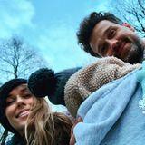 """31. Januar 2019  So warm, wie er eingepackt ist, kann sich Mini-C im kalten Winter nicht beschweren: """"Knutsch von den Carpenfells"""", postet Annemarie Carpendale scherzend."""