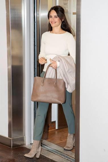 """Währendihres Besuchs bei der Kinderrechtsorganisation """"BRIS"""" in Stockholm lässt sich Prinzessin Sofia mit dem Fahrstuhl ins Büro fahren."""
