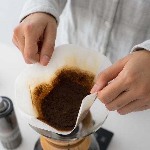 Der Kaffeesatz kann nach dem Aufbrühen noch verwendet werden