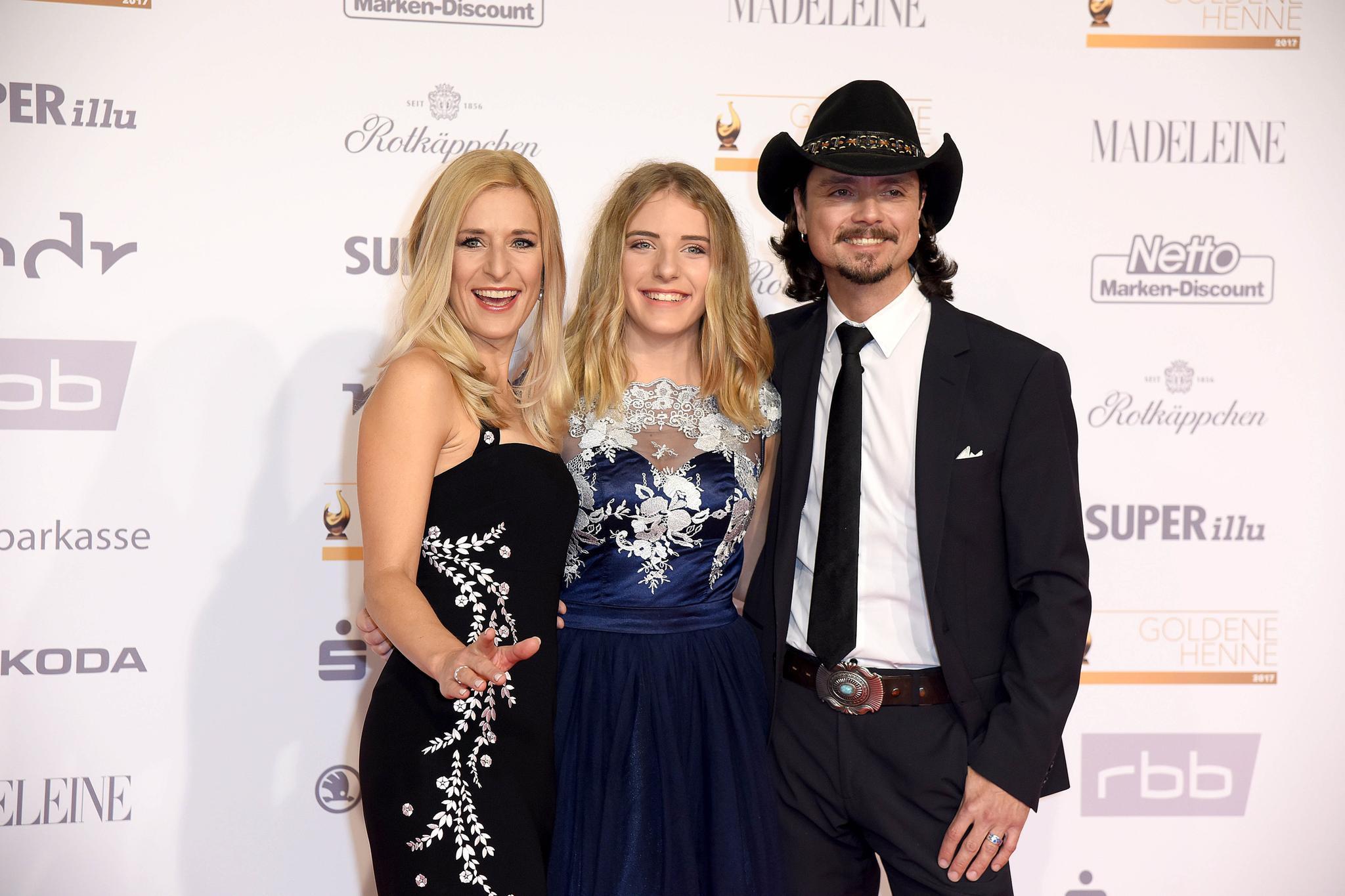 Ein seltenes Bild: Stefanie Hertel zeigt sich auf dem roten Teppich mit ihrer Tochter Johanna und ihrem Ehemann Lanny Lanner.