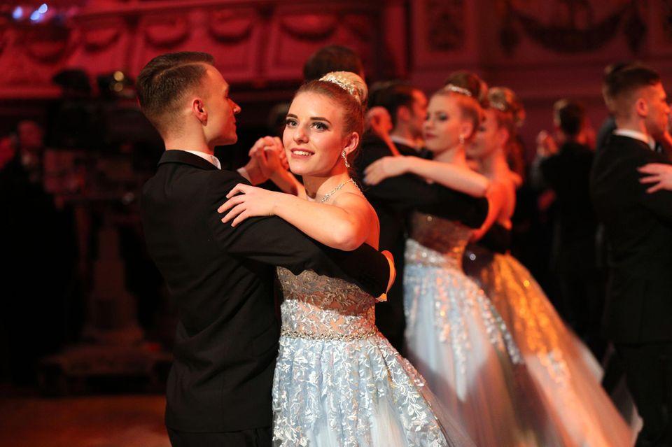Johanna Mross tanzt mit ihrem Cousin Kurt Hertel beim Dresdner SemperOpernball 2019.