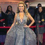 Was für ein Auftritt! Sylvie Meis zieht in einer funkelnden Couture-Robe aus der Feder von Designer Brian Rennie alle Blicke auf sich. Das tief ausgeschnittene Dekolletée, der opulente Rock und die unzähligen, glitzernen Applikationen bescheren ihr einen wahren Prinzessinnen-Auftritt.