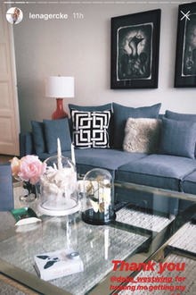 Lena Gercke zeigt eigentlich nie, wie es in ihrer Wohnung in München aussieht. Eine Ausnahme macht sie Anfang Februar allerdings in ihrer Instagram-Story und postet ein Foto ihres Wohnzimmers. Der Raum ist sehr elegant mit Möbeln von Westwing eingerichtet: Den Mittelpunkt bildet ein großer Glastisch, gemütlich wird's auf der Couch und an der Wand hängen dunkle Poster in Rahmen.
