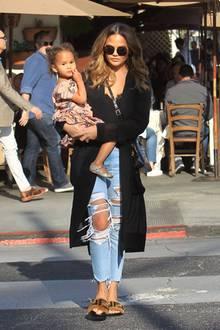 2. Februar 2019  Chrissy Teigen genießt das herrliche Wetter zusammen mit Töchterchen Luna bei einem Spaziergang durch Los Angeles.