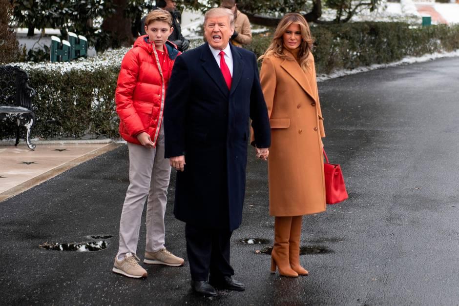 Die Trumps - Barron, Donald und Melania - am 1. Februar 2019 vor dem Weißen Haus in Washington