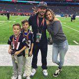 Mark Wahlberg ist wirklich DER prominente Super-Fan der New England Patriots. Er und Tom Brady lagen sich nach einem Super-Bowl-Sieg sogar schon einmal überglücklich in den Armen. Wenn der Quarterback gerade einmal nicht zu greifen ist, feiert er die Spiele mit seiner Familie, die natürlich auch für das Team in Blau sind.