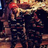 Bei dem Anblick von Kate Hudsons Pyjama ist kaum zu übersehen, dass sie Fan der Denver Broncos ist. Ihr Sohn Ryder ist hingegen für dieCincinnati Bengals. Kein Wunder, dass die zwei sich verächtlicheBlicke zuwerfen.