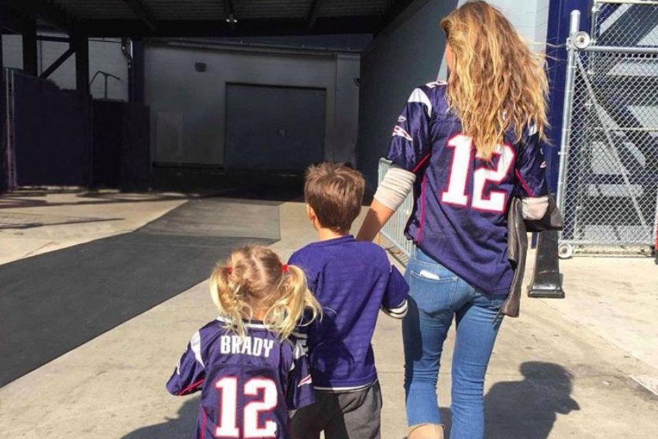 Bei Gisele Bündchen ist eigentlich ganz klar, für welche Mannschaft sie und ihre Kids mitfiebern. Natürlich unterstützen sie ihren Mann und Papa, Tom Brady, den Star der New England Patriots.