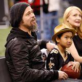 Brad Pitt gibt seine Begeisterung für die New Orleans Saints direkt an Sohnemann Maddox weiter. Zusammen sitzen sie in 2010 ganz vorne am Spielfeldrand.