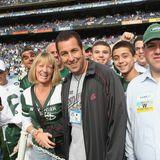 Adam Sandler fühlt sich inmitten der Fans von den New York Jets am wohlsten und feuert das Team selber mit an.