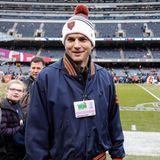 """Ashton Kutcher wächst als Kind 400 Kilometer von Chicago entfernt auf. Heute lebt er zwar in Kalifornien, ist seinen Bears aus der """"Windy City"""" allerdings treu geblieben."""