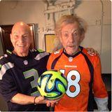 Seeadler trifft auf Wildpferd: Auch wenn sie unterschiedliche Teams anfeuern, verstehen sichSir Patrick Stewart und Ian McKellen prächtig. Der eine jubelt für die Seattle Seahawks, der andere für die Denver Broncos und zusammen haben sie besonders viel Spaß.