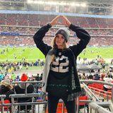 """Zu den Hardcore-Fans der Oakland Raiders gehört - man glaubt es kaum - """"Victoria's Secret""""-Model Josephine Skriver, die ihrem Team sogar noch London nachfliegt, um hier ein Spiel im Wembley Stadion anzugucken."""