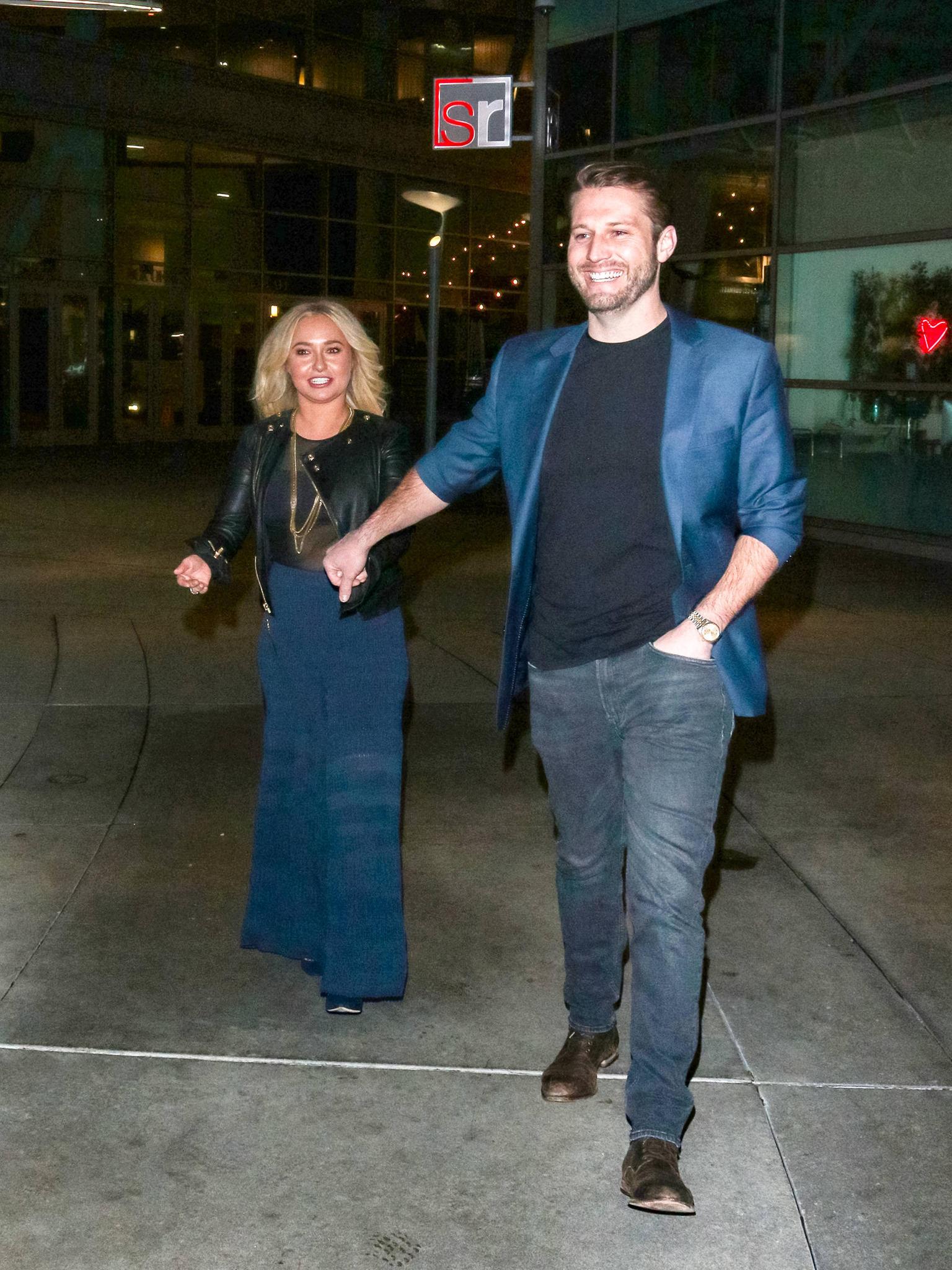 Hayden Panettiere und ihr Freund Brian Hickerson scheinen seit gut einem halben Jahr glücklich miteinander. Für das Date haben sie sich sogar farblich aufeinander abgestimmt und tragen beide blau-schwarze Looks.