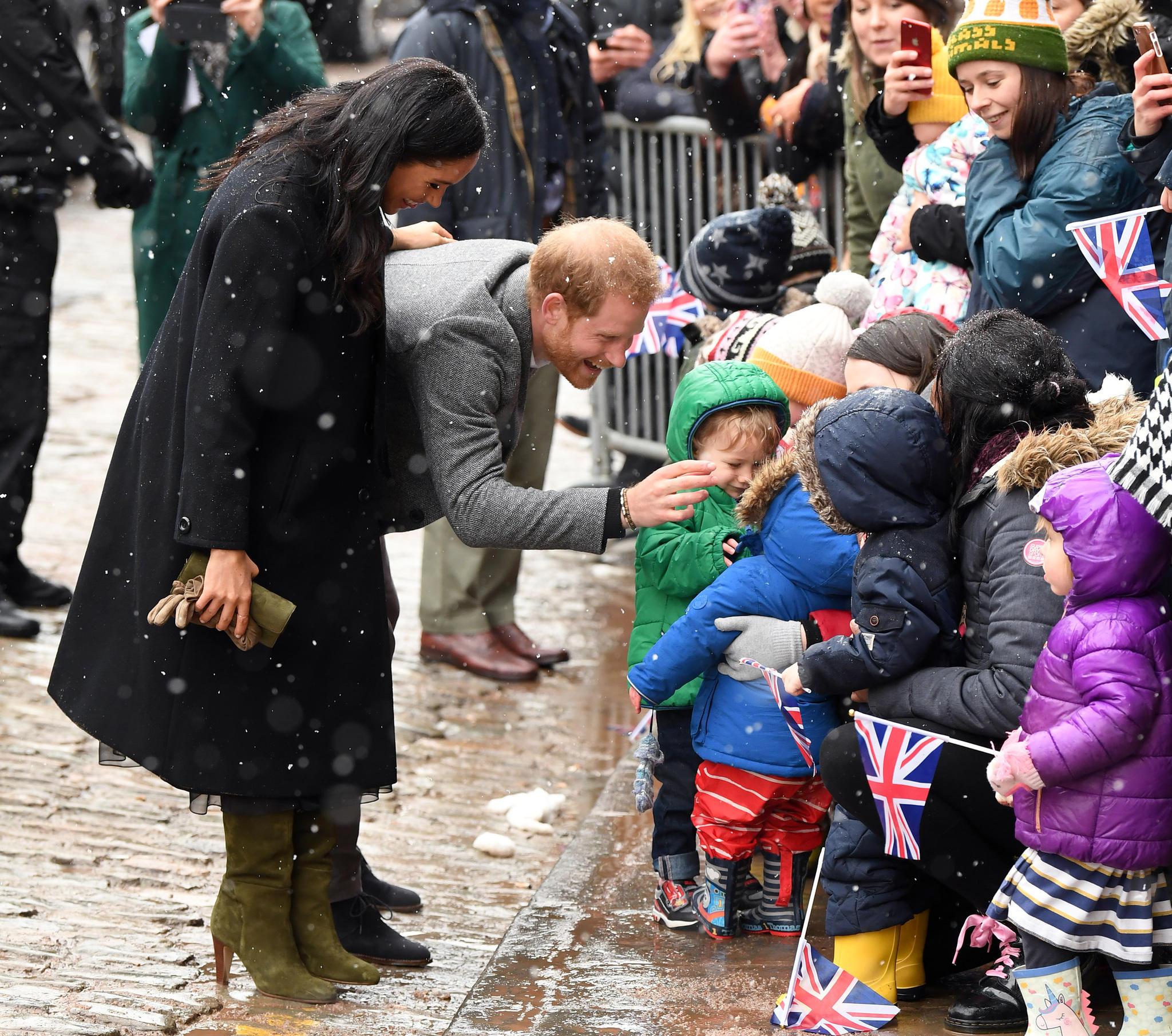 Als Meghan und Harry in Bristol die wartenden Fans begrüßen, hält die Herzogin ihre Handschuhe nur in der Hand.