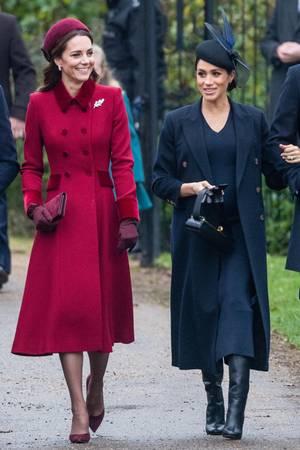 Auch auf dem Weg zum Weihnachtsgottesdienst in Sandringham hält Herzogin Meghan die Handschuhe nur in der Hand.