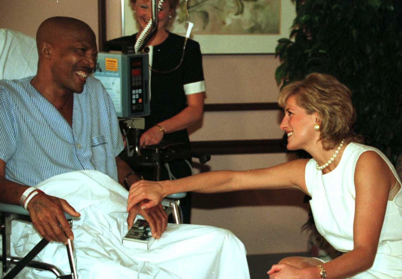 Es sind Bilder, die Geschichte schreiben: Immer wieder besteht Prinzessin Diana auf Körperkontakt. Auch bei ihren Krankenhausbesuchen schüttelt sie die Hände der Patienten, so wie hier mit Lungenkrebspatient John Collins.