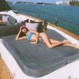 Shanina Shaik entflieht dem Alltag auf einer Yacht an der Küste kurz vor Miami.