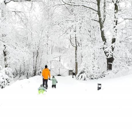 """3. Februar 2019  Prinz Carl Philip stapft mit seinen zwei Söhnen, Alexander und Gabriel, durch den hohen Schnee Schwedens. """"Stockholm wenn es am schönsten ist"""", schreibt der 2-fach-Papa zu dem Foto, das die Familie auf Instagram teilt."""