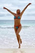 """""""Freiheit wie ich sie nie zuvor gefühlt habe"""" - Yolanda Hadid, Mutter von Gigi und Bella Hadid, hat sich mit 55 Jahren von all ihren Implantaten und Beauty-OPs getrennt. Stolz präsentiert sie ihren neuen Natur-Body auf Instagram mit diesem sexy Foto im Bikini. Kann sich auf jeden Fall sehen lassen!"""