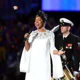 Vor dem Spiel singt Soul-Queen Gladys Knight die Nationalhymne in ihrer Heimatstadt Atlanta.