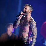Maroon 5 sorgen in der Halbzeit-Show für Unterhaltung. Besonders die Zuschauerinnen dürften sich über Adam Levines Oben-ohne-Ständchen gefreut haben.