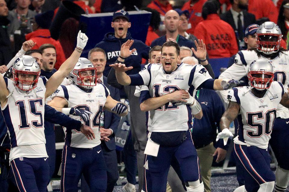Großer Jubel bei den NewEngland Patriots: Sie können das Finale gegen die Los Angeles Rams mit 13:3 Punkten für sich entscheiden. Zuschauer zeigen sich aber ernüchtert, denn es ist der Super Bowl mit der schwächsten Punkteausbeute der Geschichte der NFL.