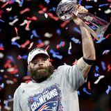 Unter buntem Konfettiregenhebt Julian Edelman,Wide Receiver der New England Patriots, dieVince Lombardi Trophy in die Höhe.