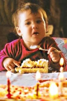 Happy Birthday! Ihren ersten Geburtstag feierte Angelina Heger mit einem großen Stück Torte. Was es heute, an ihrem 27. Geburtstag zu essen gibt, wissen wir allerdings nicht.