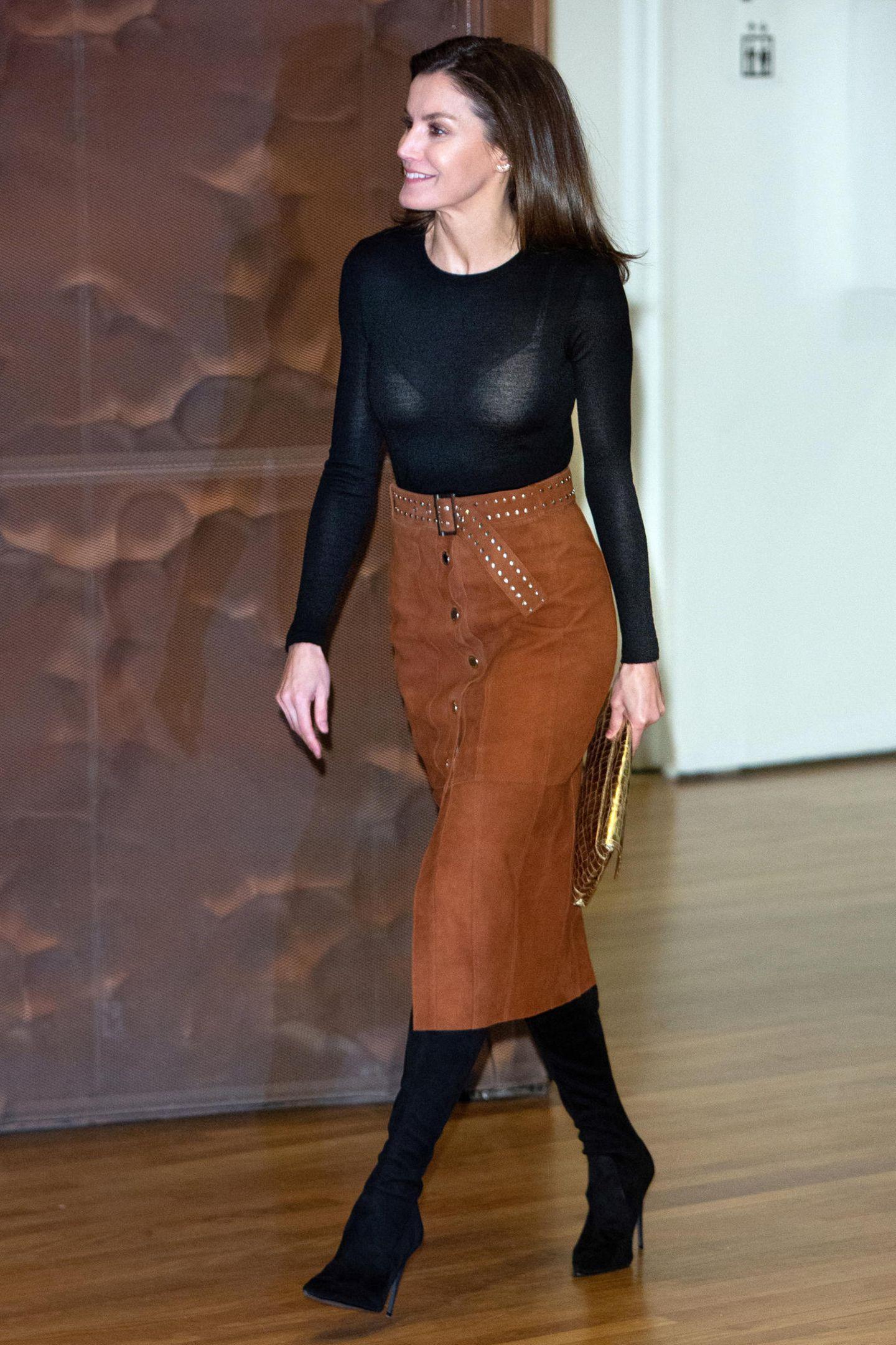 Dieses Mode-Malheur hätte Königin Letizia eigentlich ganz leicht vermeiden können. Beispielsweise mit einem schwarzen BH, einem Top oder einem blickdichten Oberteil.