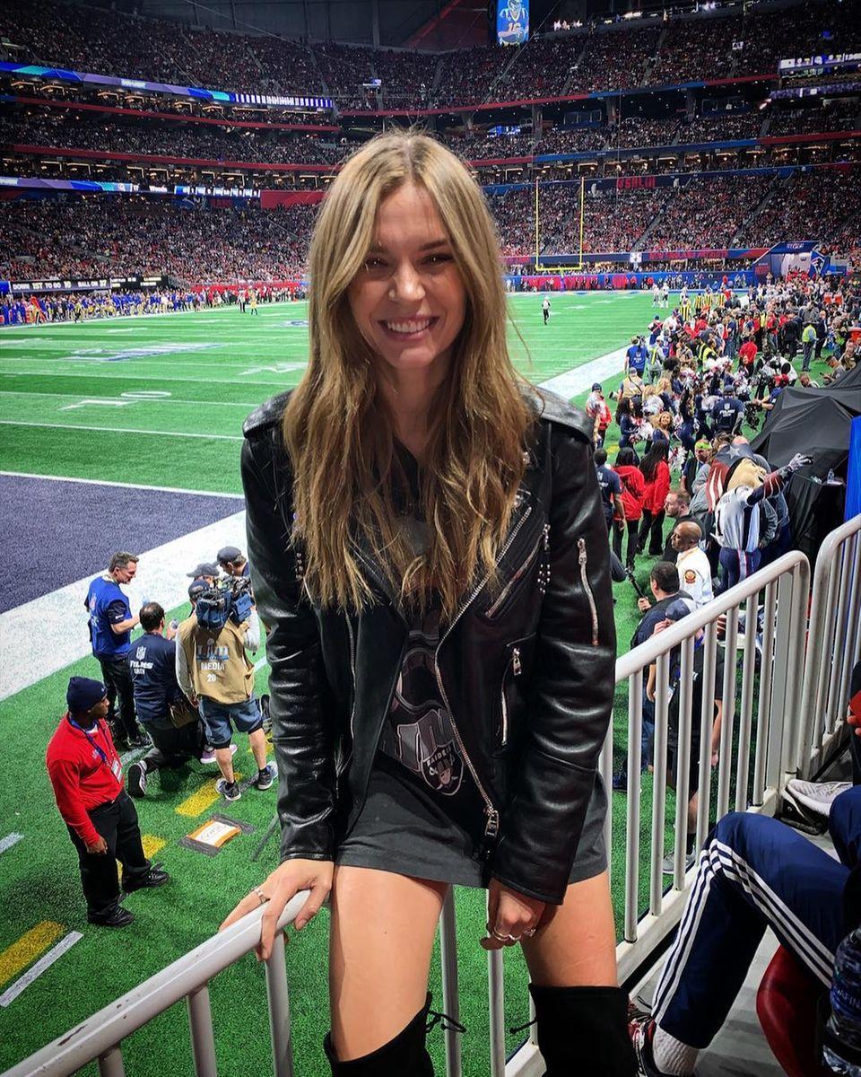 Ihre Raiders sind zwar nicht dabei, den Super Bowl lässt sich Supermodel und NFL-Fan Josephine Skriver trotzdem nicht entgehen.